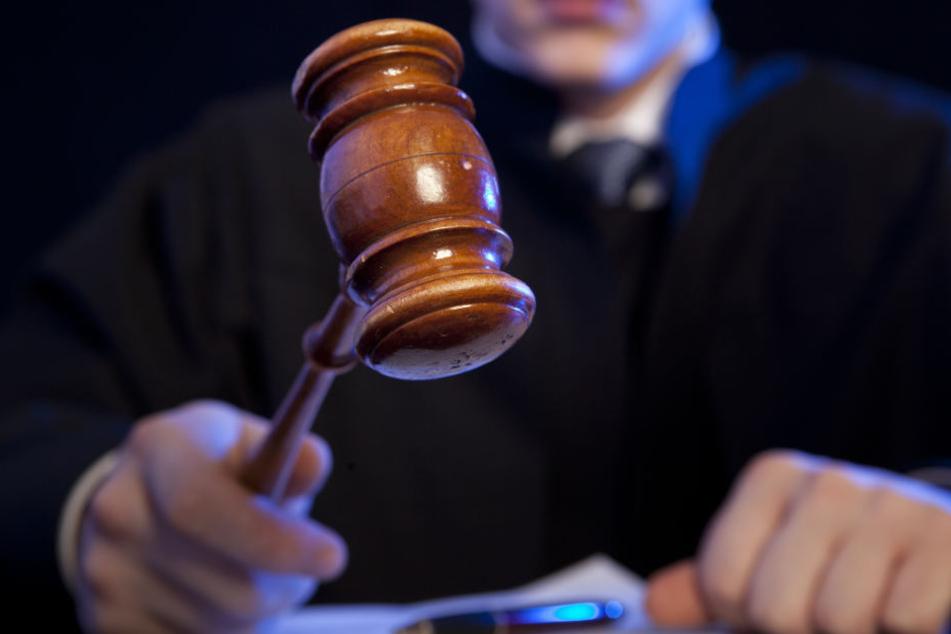 Dem Angeklagten droht eine lebenslange Freiheitsstrafe (Symbolbild).
