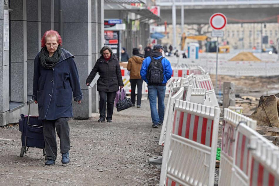 Die Kesselsdorfer Straße ist für den Verkehr gesperrt. Gehwege sind uneben, Übergänge ändern sich häufig.