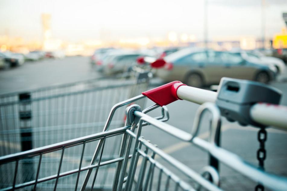 Mann wird auf Supermarkt-Parkplatz nach Zigarettenpapier gefragt: Dann wird es blutig