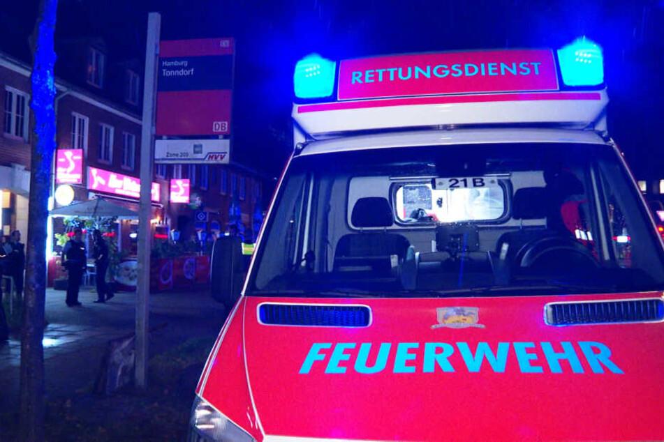 Ein Rettungswagen steht am Tatort in Hamburg-Tonndorf.