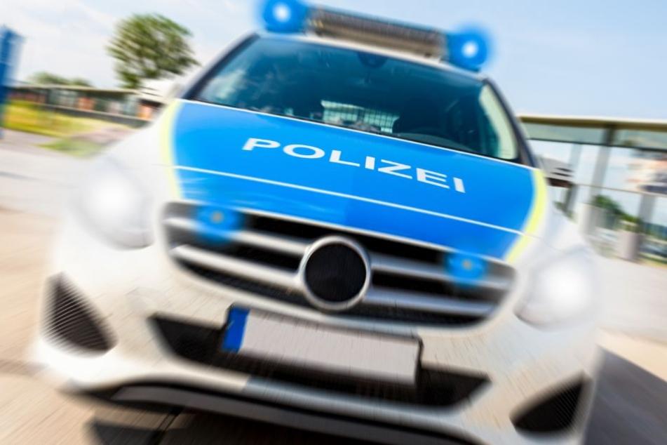 Die Polizei und die Feuerwehr sind mit einem Großaufgebot vor Ort. (Symbolbild)
