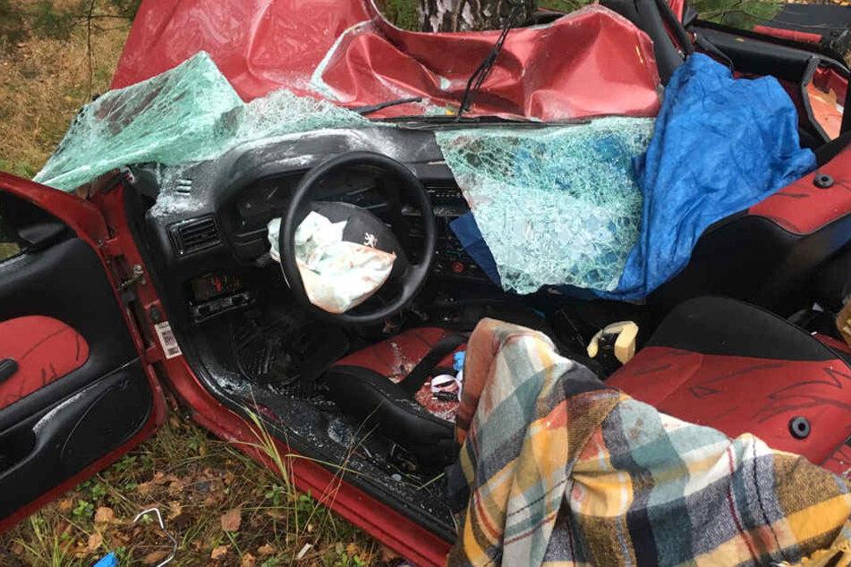 Das innere des Fahrzeugs. Nur mit schwerem Gerät konnte die Feuerwehr den Fahrer befreien.