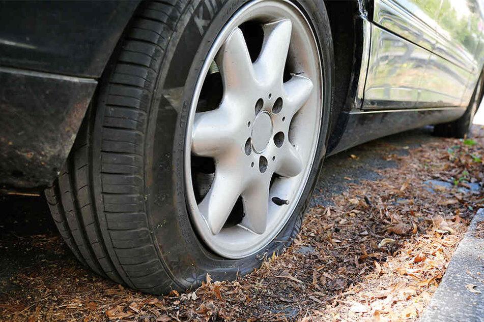 Der Unbekannte hat die Reifen an vier Autos zerstochen.