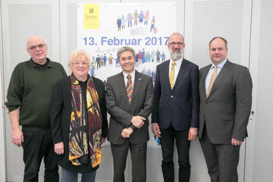 OB Dirk Hilbert (r.) mit den  Organisatoren der diesjährigen Gedenkveranstaltung.