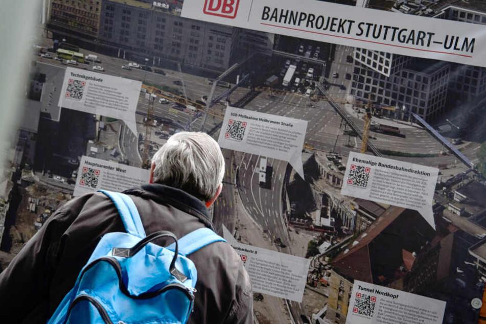 Ein Mann schaut sich am 29.11.2017 in Stuttgart einen Plan zu Stuttgart 21 an. (Archivbild)