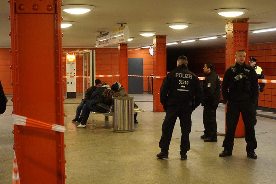 Die Kriminalpolizei hat im U-Bahnhof den Tatort abgesichert.