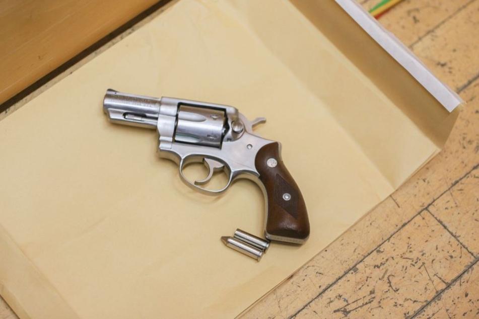 Die Polizei präsentierte am Mittwoch (9. Januar) eine sichergestellte Schusswaffe.