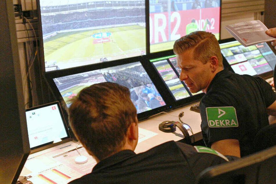 Die Video-Assistenten Mark Borsch (l) und Tobias Welz (r) sitzen an ihrem Platz: Sollen Trainer einen Video-Beweis anfordern können?