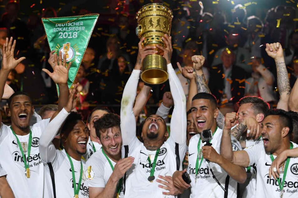 Nach dem Sieg im Pokalfinale: Die Eintracht-Adler im Freudentaumel.