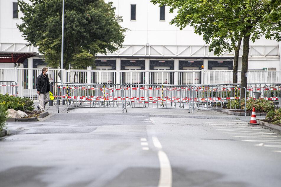 Absperrgitter stehen vor dem Betriebsgelände der Firma Tönnies. Während einige Mitarbeiter der Verwaltung wieder zur Arbeit gehen dürfen, ist der Zugang für die Arbeiter in der Zerlegung noch immer gesperrt.