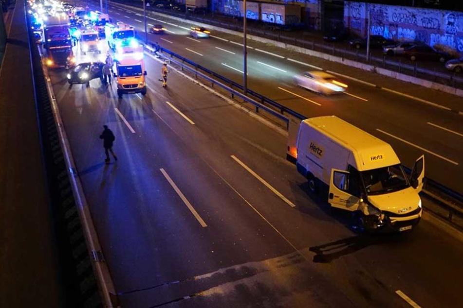 Ein Kleintransporter steht mit demolierter Front an der Unfallstelle.