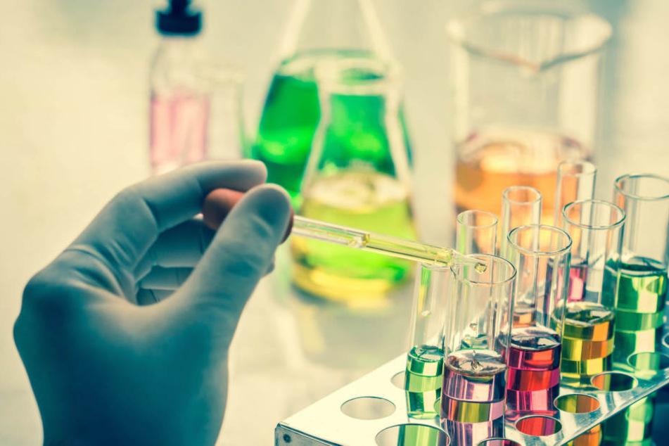 Ein Chemie-Experiment ging in einer Schule in Heidenheim schief (Symbolbild).