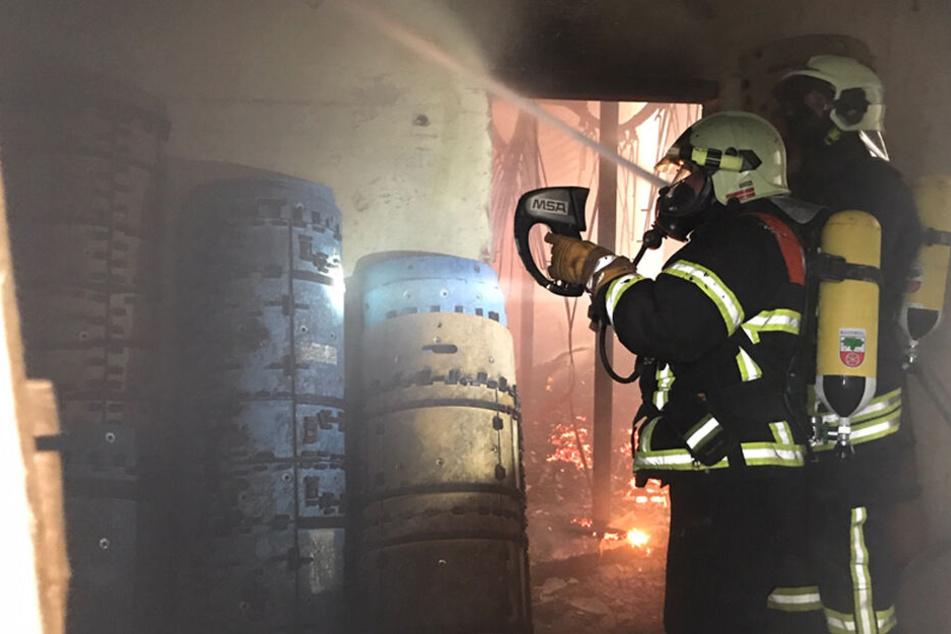 Großeinsatz der Feuerwehr! Brand in ehemaliger Zellstoff-Fabrik: Einsturzgefahr