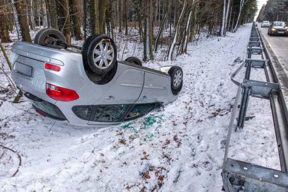 Ein Renault kam auf der S266 von der Fahrbahn ab, überschlug sich und kam auf dem Dach zum Liegen.