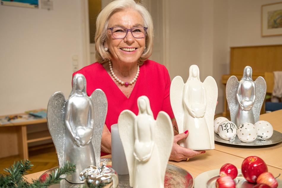 Ursula Herrmann (77) strahlt mit ihren Engeln um die Wette.