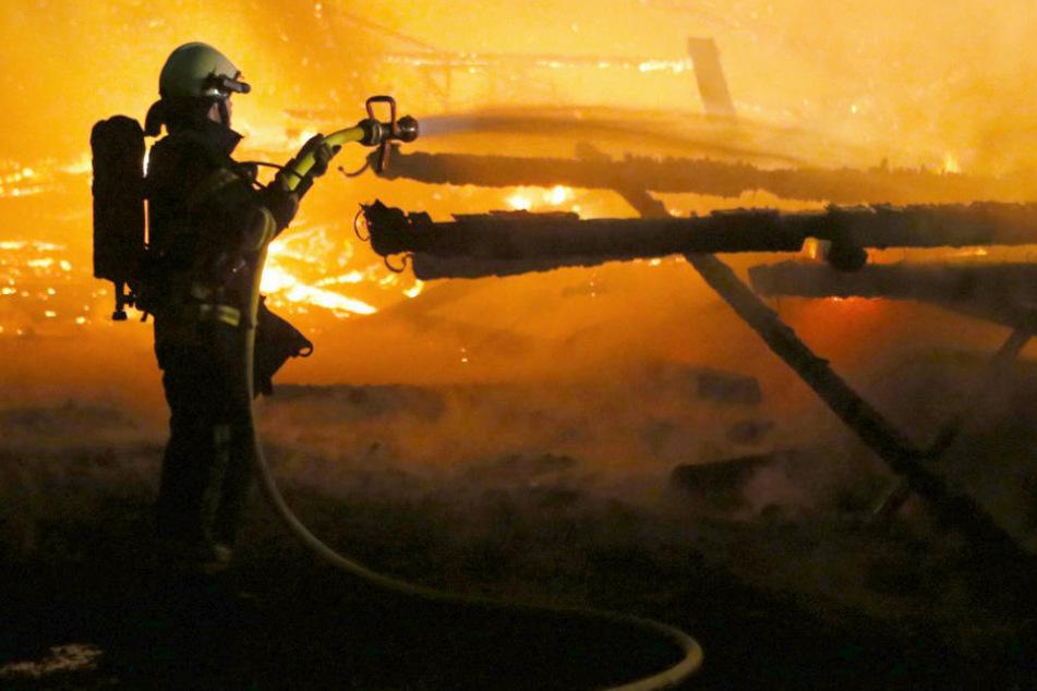 Bei dem Brand der Scheune wurden 20 Menschen verletzt. (Symbolbild)