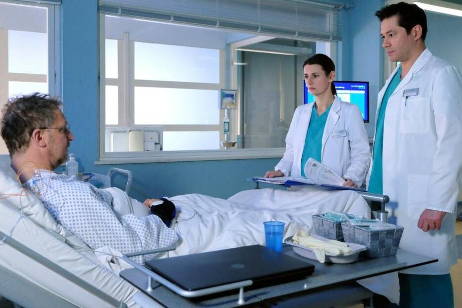 """Dr. Maria Weber teilt Herrn Langer mit, dass seine Koronargefäße stark verengt sind und er womöglich schon mehrere Herzinfarkte hatte. Bei der Untersuchung erschien sein Herz plötzlich """"apfelgrün""""."""
