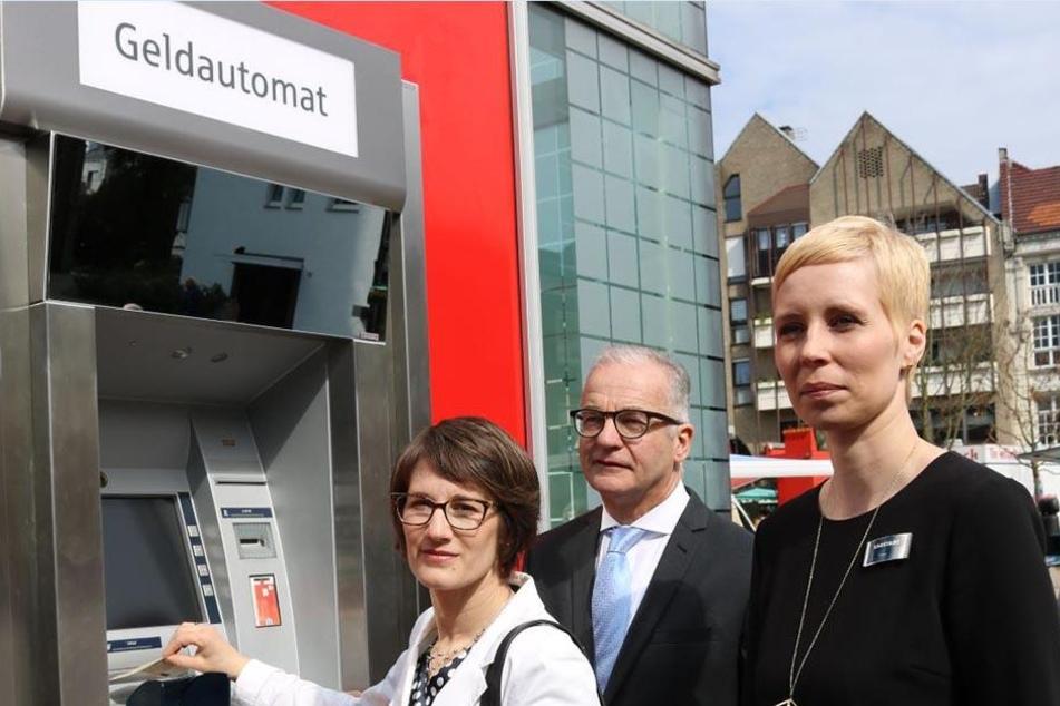 Dieser Geldautomat hängt zu hoch für die Kunden