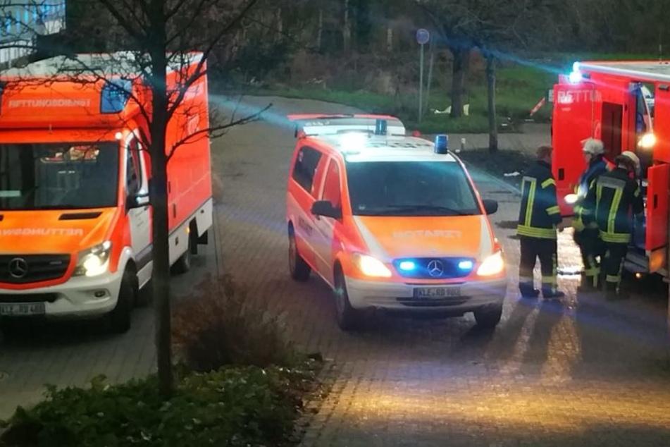 Die Feuerwehr und Sanitäter bei dem Einsatz in Kleve.