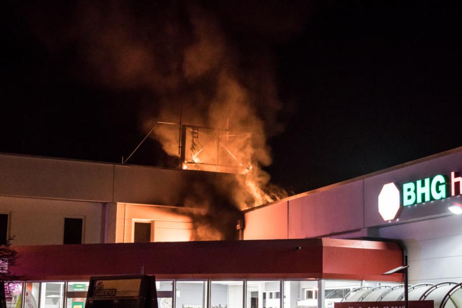 Das Feuer entfachte auf dem Dach des Baumarktes.