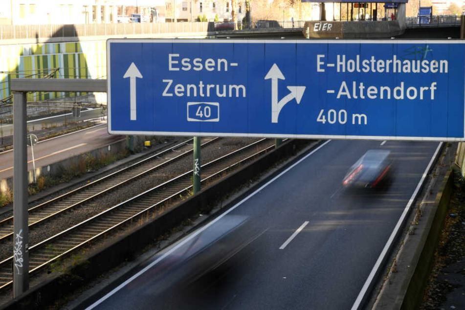 Auf der A40 in Essen muss die Straße repariert werden.