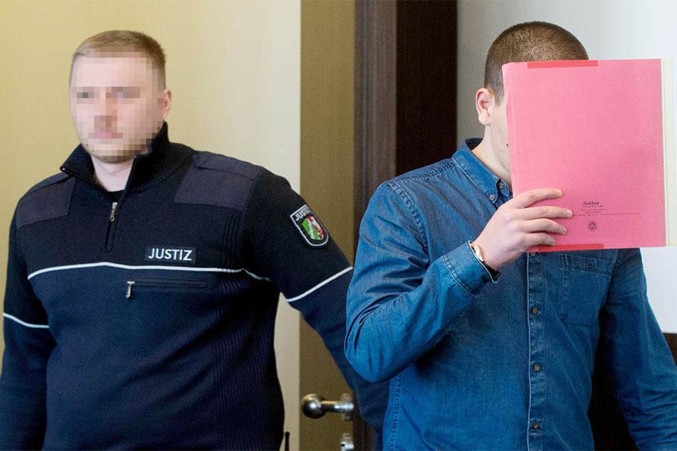 Der Angeklagte Souhayl M. (r) betritt den Gerichtssaal des Landgerichtes in Düsseldorf.