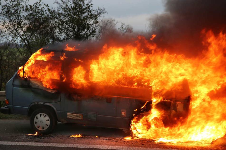 Ein brennender VW-Bus. So oder so ähnlich muss der Tabakwagen am Dienstagmorgen gebrannt haben. (Symbolbild)