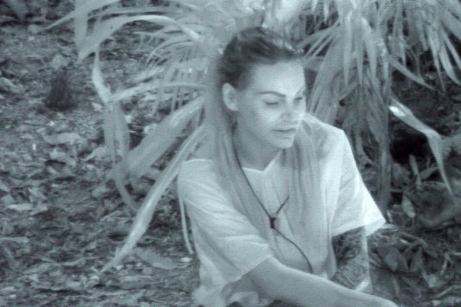 Gina-Lisa Lohfink (30) bei der Wache am Feuer.