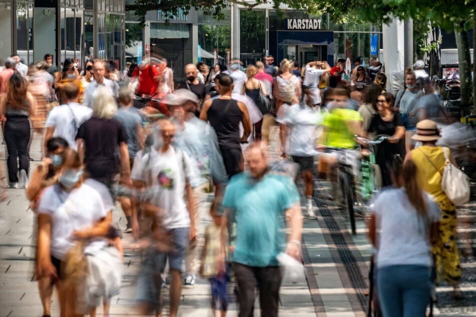 Trotz steigender Neuinfektionen ist auf der Zeil in der Frankfurter City ordentlich Betrieb.