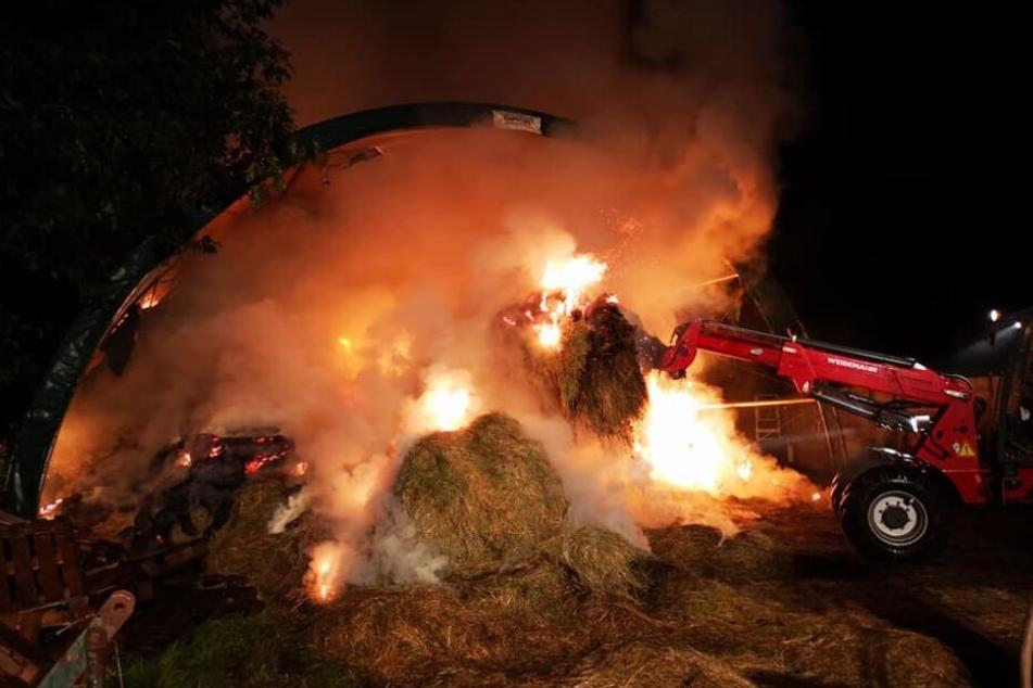 Ein Teil der Ballen konnte noch rechtzeitig mit Traktoren in Sicherheit gebracht werden.