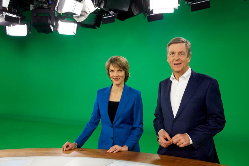 """Das Foto zeigt die """"heute-journal""""-Moderatoren Marietta Slomka und Claus Kleber im Dezember 2017 im ZDF-""""heute""""-Studio in Mainz."""