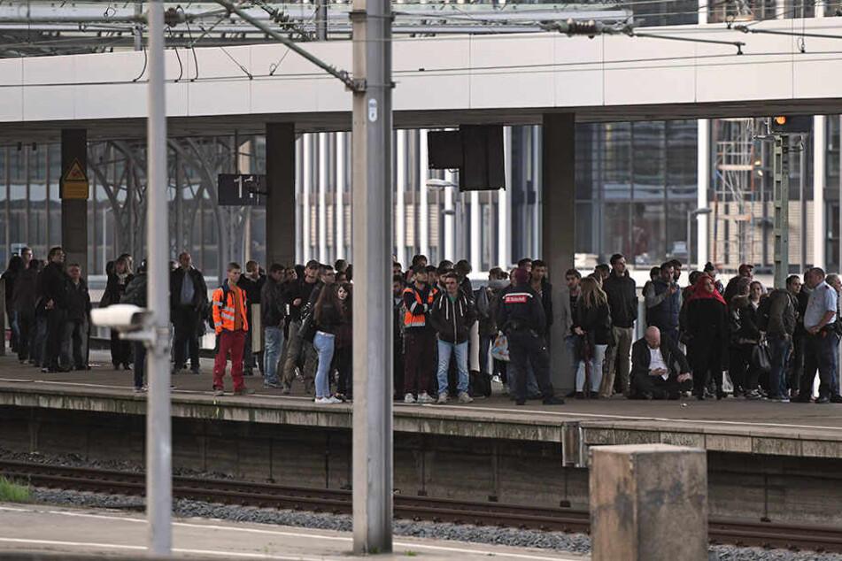 Abgelehnter Asylbewerber klettert aus Protest auf Hohenzollernbrücke