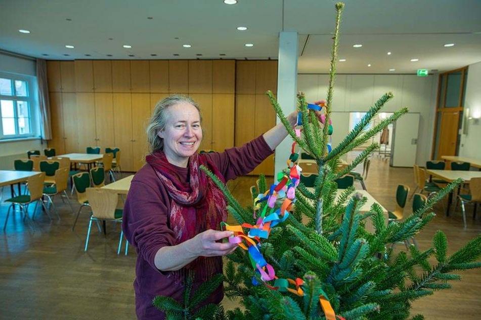So schön weihnachtlich wird es im Haus der Kathedrale: Elisabeth Naendorf (56) vom Ökumenischen Informationszentrum schmückt den Christbaum.