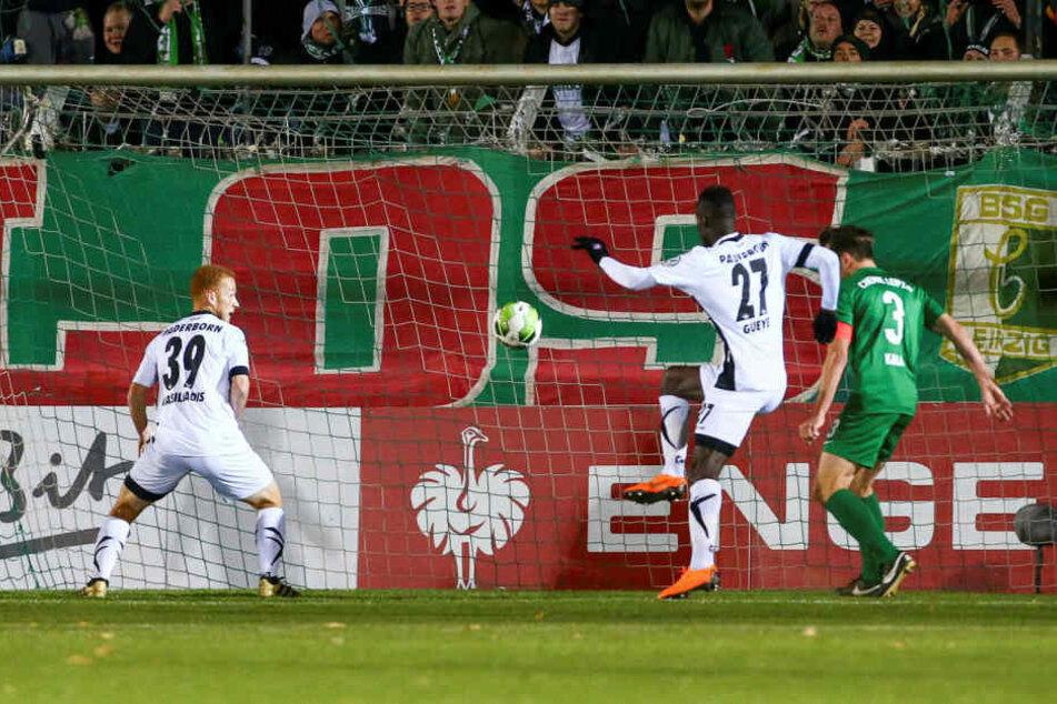 Weil Torhüter Julien Latendresse-Levesque (nicht im Bild) vom Flutlicht geblendet wurde, klärte er eine Ecke ungenügend. Babacar Gueye (#27) spekulierte richtig und staubte zum 1:0 für Paderborn ab.