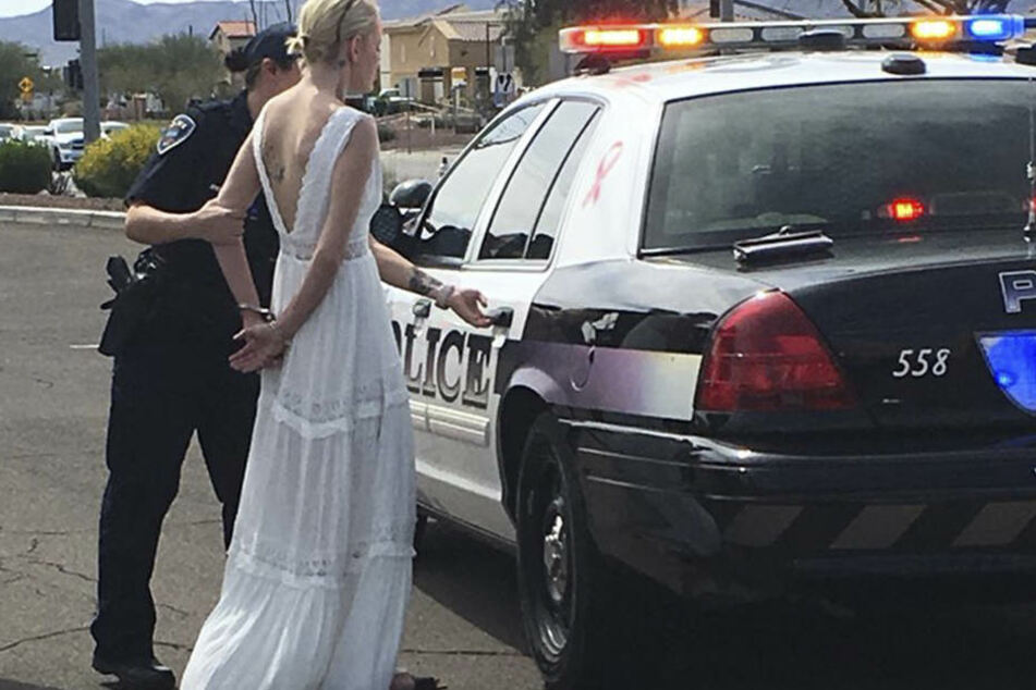 Braut in den USA in Handschellen abgeführt: Bei Autounfall betrunken
