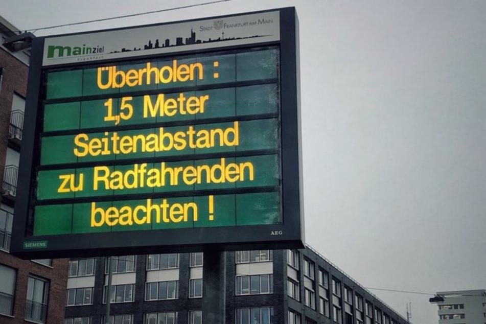 So sieht einer der neuen Hinweise zugunsten der Frankfurter Radfahrer aus.
