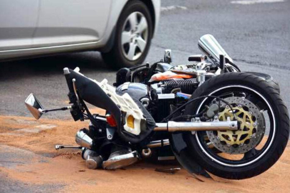 Ein Motorradfahrer ist bei dem Unfall ums Leben gekommen. (Symbolbild)
