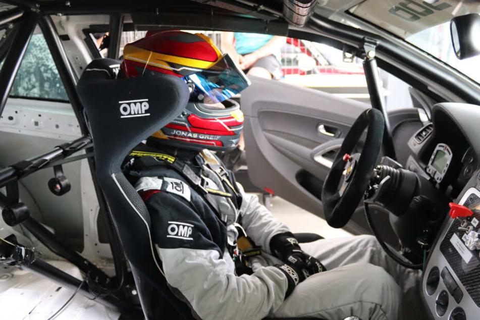 Sitzt nächstes Jahr in der Formula Student Germany im Cockpit: Hier fährt Jonas den aktuellen Boliden vom Team Elbflorace der TU Dresden.