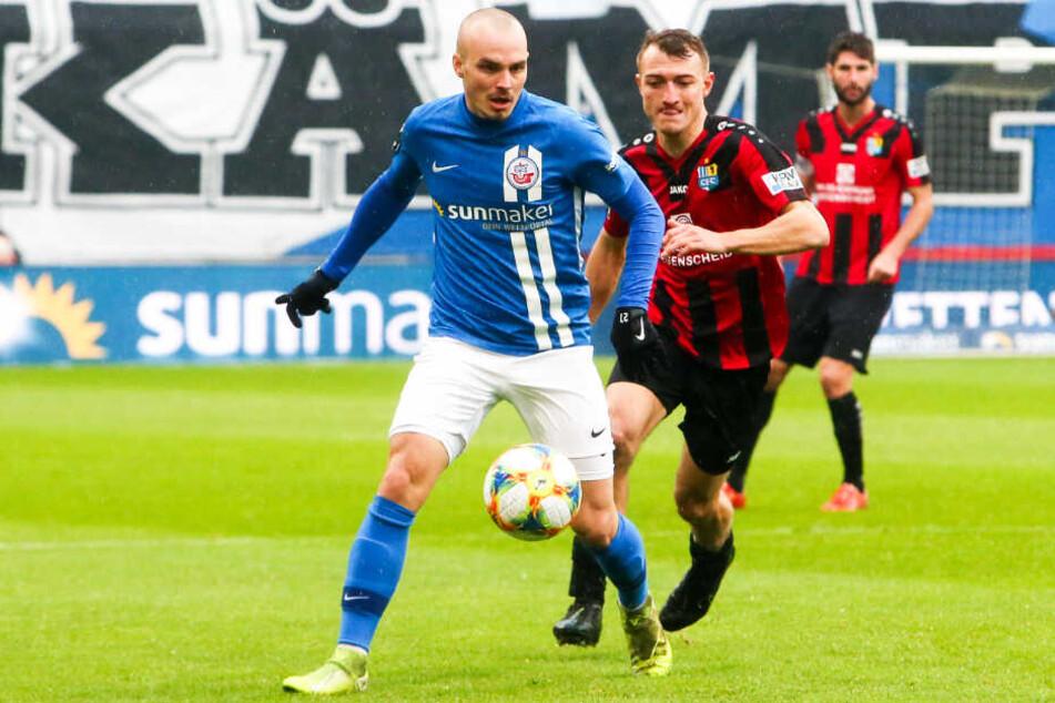 Korbinian Vollmann (l.) erlöste den FC Hansa Rostock mit seinem Tor zum 1:0. Es war erst der zweite Saisontreffer für den Angreifer. (Archivbild)