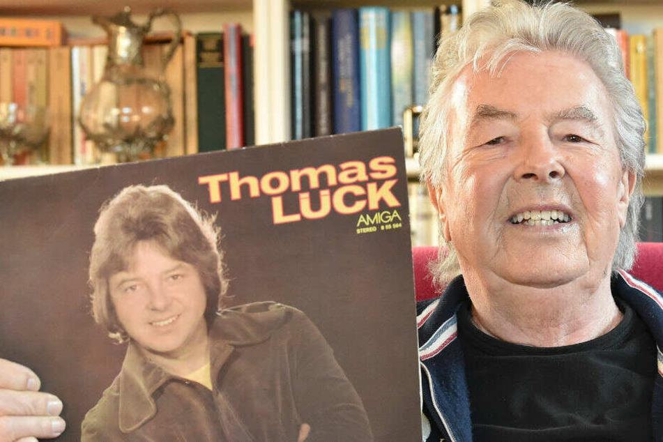 Thomas Lück, Sänger, zeigt seine erste bei Amiga 1978 erschienene Solo LP. (Archivbild)