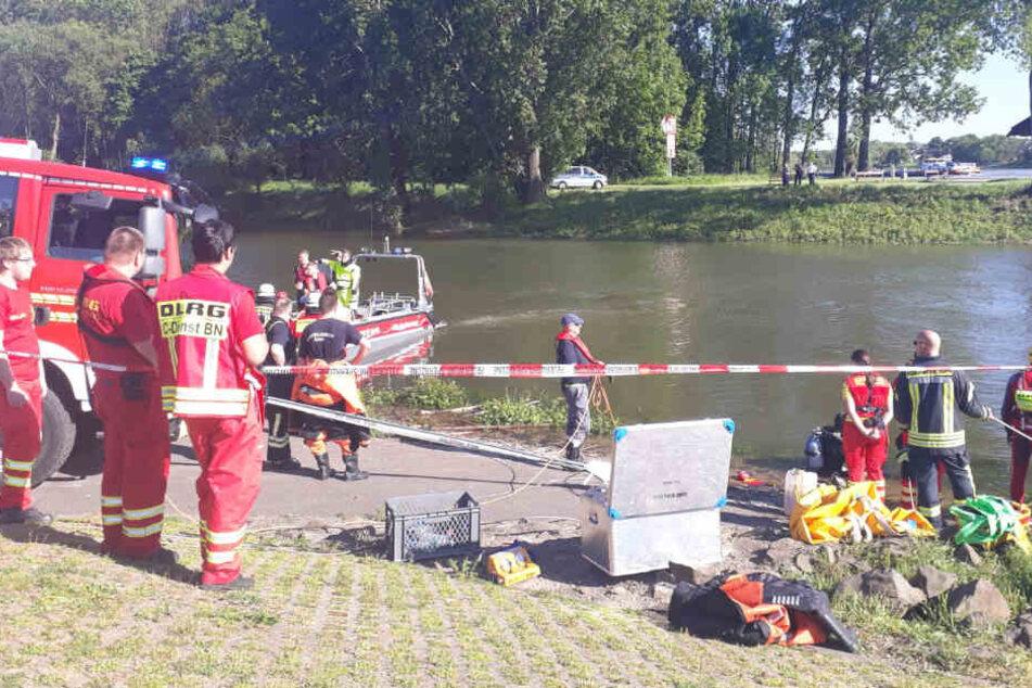 Die Rettungskräfte konnten nicht verhindern, dass der BMW komplett im Rhein versank.