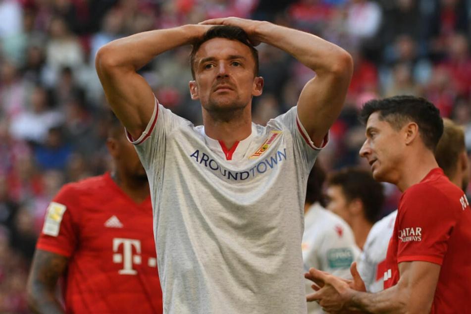 Christian Gentner steht nach der Niederlage beim FC Bayern enttäuscht auf dem Platz.