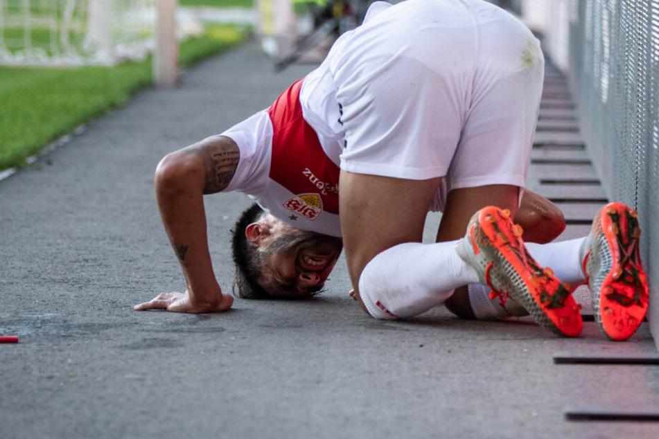 Stuttgarts Nicolas Gonzalez hockt nach einem Foul am Boden neben dem Feld.