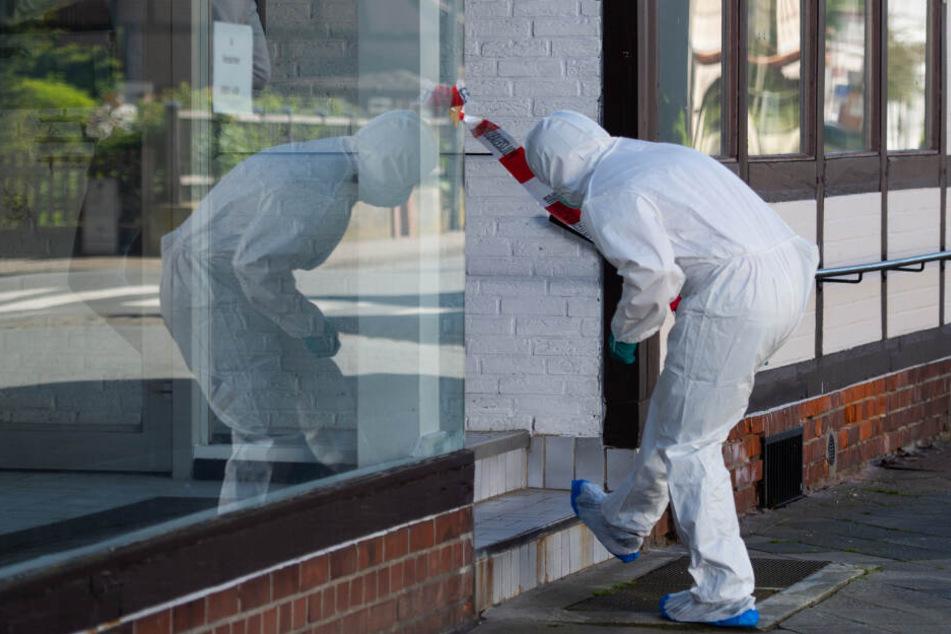 Ein Mitarbeiter der Spurensicherung geht zu einem Tatort. Im Zusammenhang mit dem Passauer Armbrust-Fall haben Ermittler zwei Leichen in Niedersachsen gefunden.