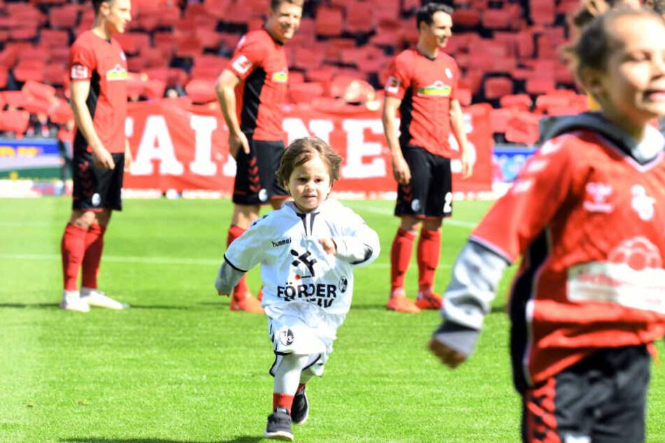 Beim Fußball sehr beliebt: Einlaufkinder, die die Akteure aufs Spielfeld begleiten. (Symbolbild)