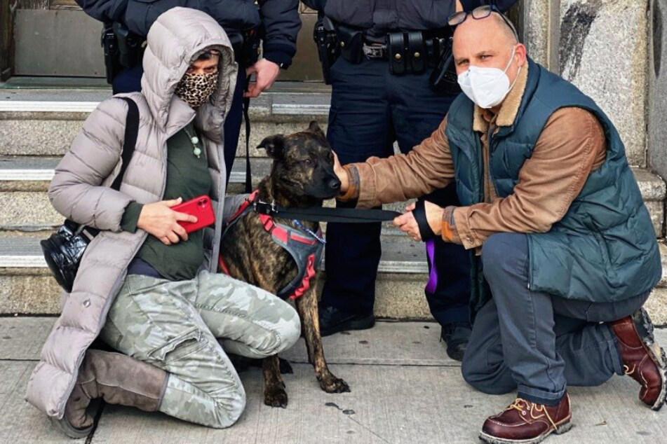Die Polizei dokumentierte den Fall auf Twitter inklusive des Happy Ends: Jason Novetsky und seine Freundin Karen Dublin halten Georgia wieder in den Armen.