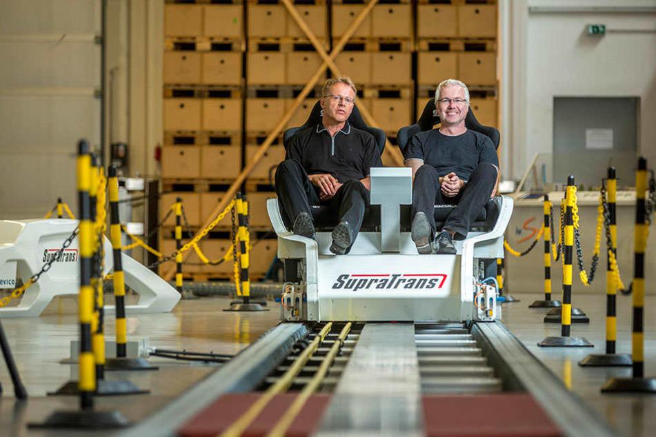 Schwebezug-Spezialist Veit Appelt (l.) testet mit MOPO24-Reporter Torsten  Hilscher die neue Technologie.