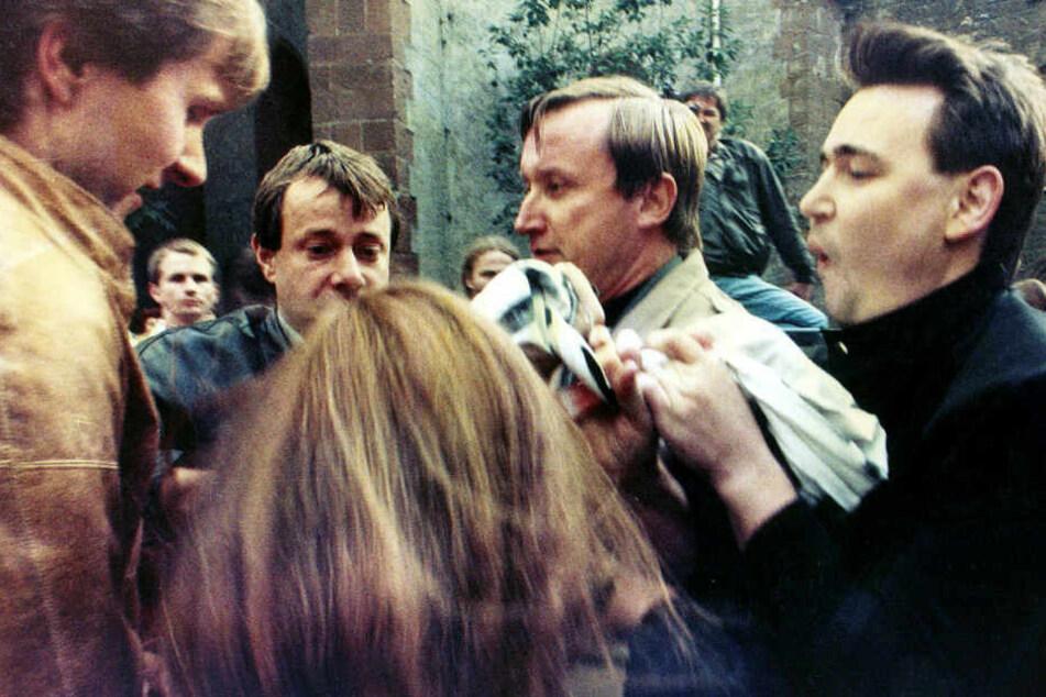 Stasi-Schergen reißen Katrin Hattenhauer das Transparent aus der Hand. Eine Woche nach der Aktion wird sie verhaftet.