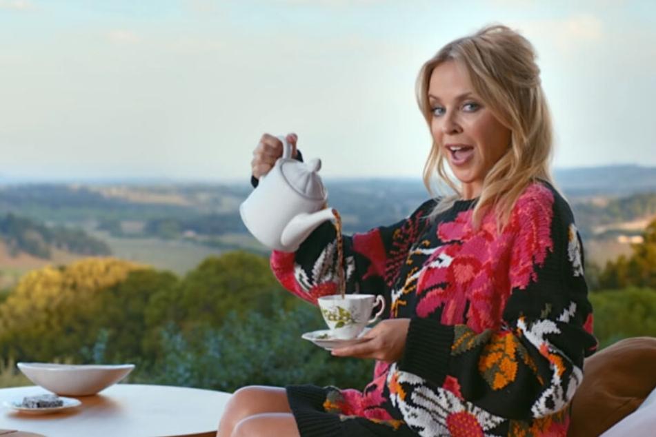 """Im Musikvideo zu """"Matesong"""" feiert Kylie Minogue ausgelassen mit ihren Freunden und lässt es sich gut gehen. Auf YouTube hagelt es dafür kritische Kommentare."""