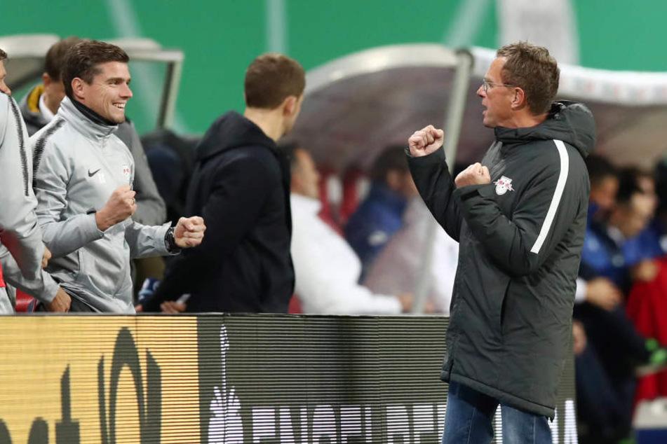 Siegerfäuste im Trainergespann: Robert Klauß (l.) und Ralf Rangnick ziehen mit RB Leipzig erstmals seit vier Jahren und das zweite Mal überhaupt ins Pokal-Achtelfinale ein.